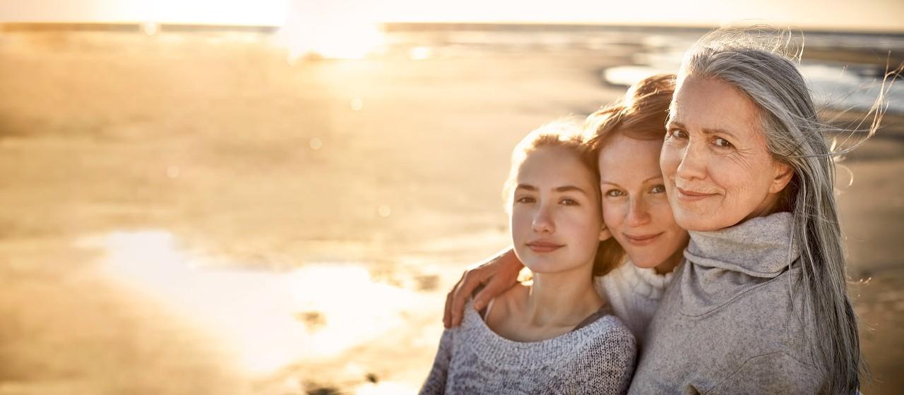 Älteres Ehepaar sitzt gemeinsam im Garten und schaut sich einen Film an.
