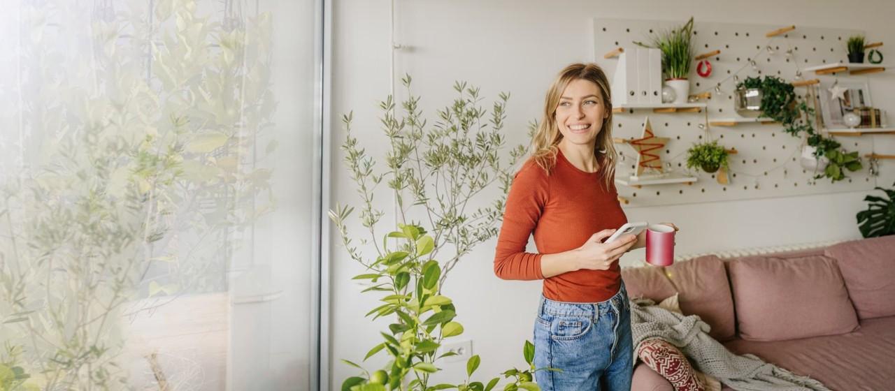 Junge Frau liegt entspannt in einem Sitzsack auf einer Terrasse.