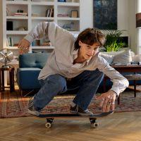 Junge Frau mit Kaffeetasse auf Balkon.