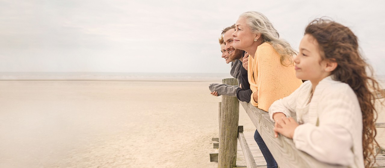 Junge Familie mit Picknickkorb unterwegs.