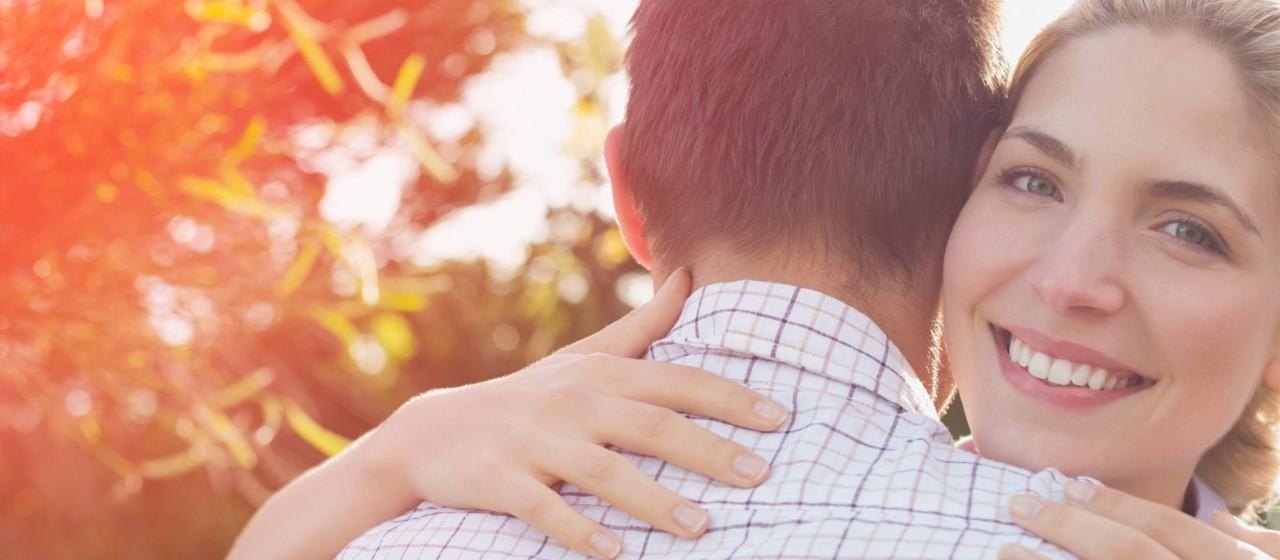 Junges Pärchen, was sich umarmt.