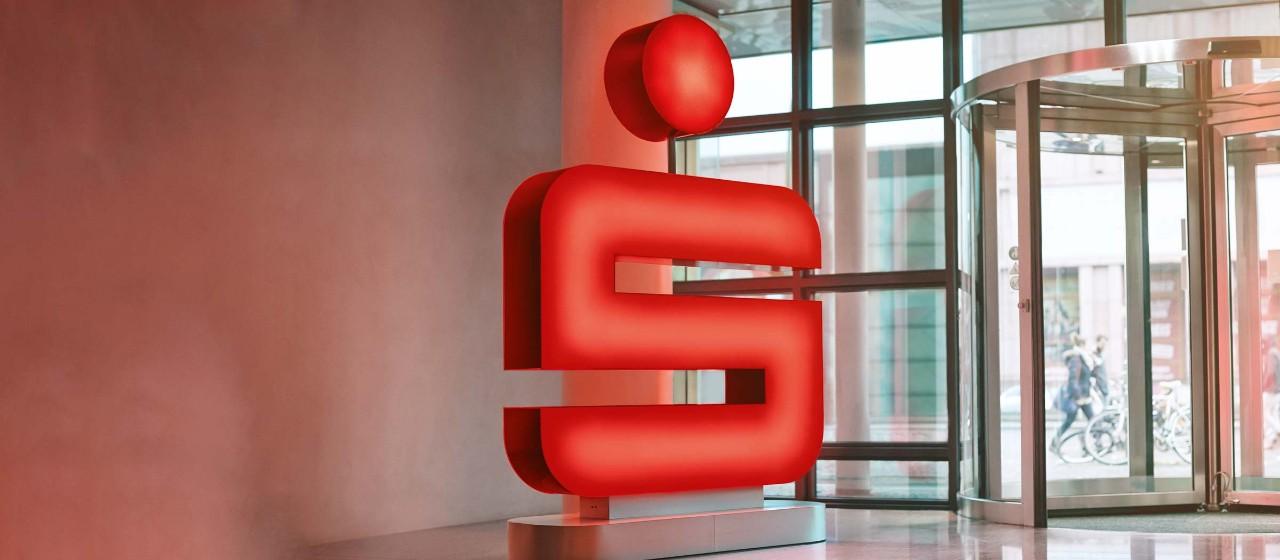 Sparkassen-Symbol im Eingangsbereich einer Geschäftsstelle.